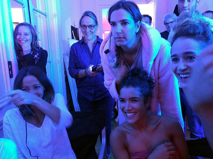 Saphia Azzeddine, Charlotte Gabris, Sabrina Ouazani et Alice David sur le tournage de Demi-sœurs - © François-Régis Jeanne