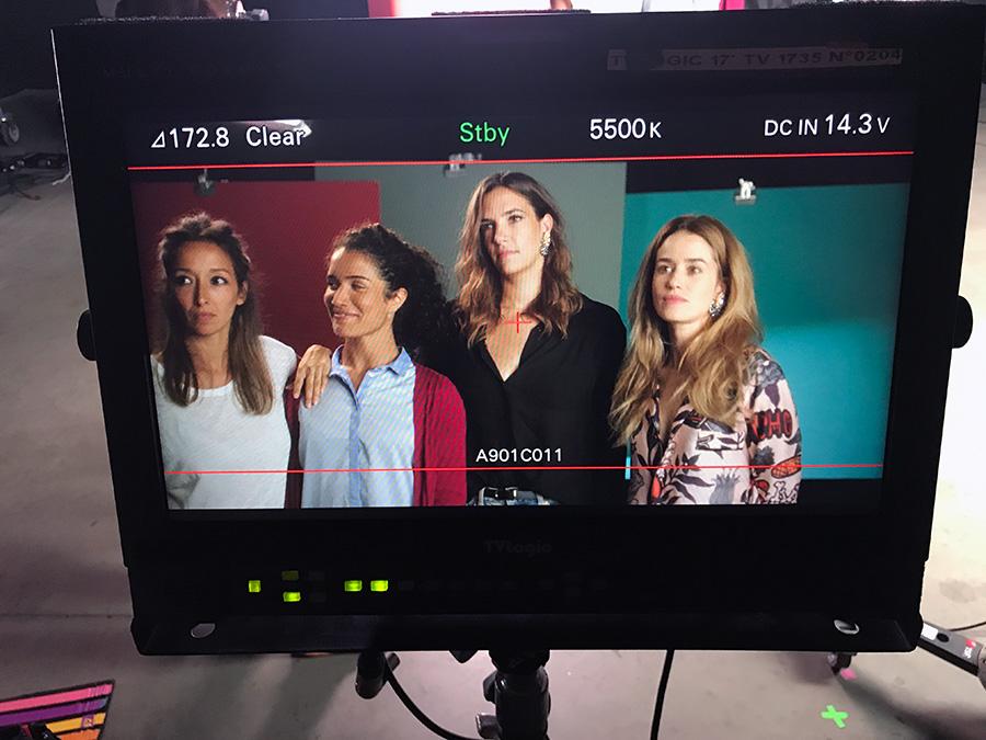 Saphia Azzeddine, Sabrina Ouazani, Charlotte Gabris et Alice David sur le tournage de Demi-sœurs - © François-Régis Jeanne