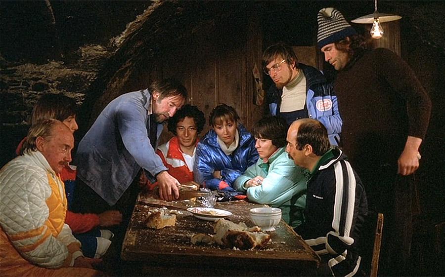 Blanc, Lhermitte, Clavier, Chazel, Balasko, Moynot et Jugnot dans Les Bronzés font du ski (Patrice Leconte, 1979) - © StudioCanal