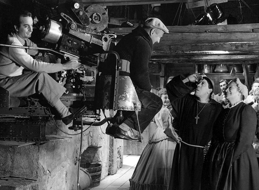 Claude Autant-Lara dirigeant Fernandel et Françoise Rosay sur le tournage de L'Auberge rouge (1951) - DR