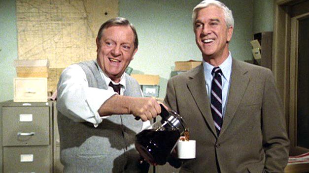 Alan North et Leslie Nielsen dans Police Squad! (1982)