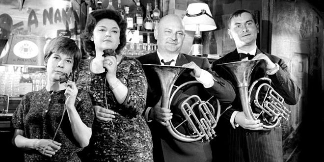 Daniel Boulanger (2e en partant de la droite) dans Le Farceur (Philippe de Broca, 1960)