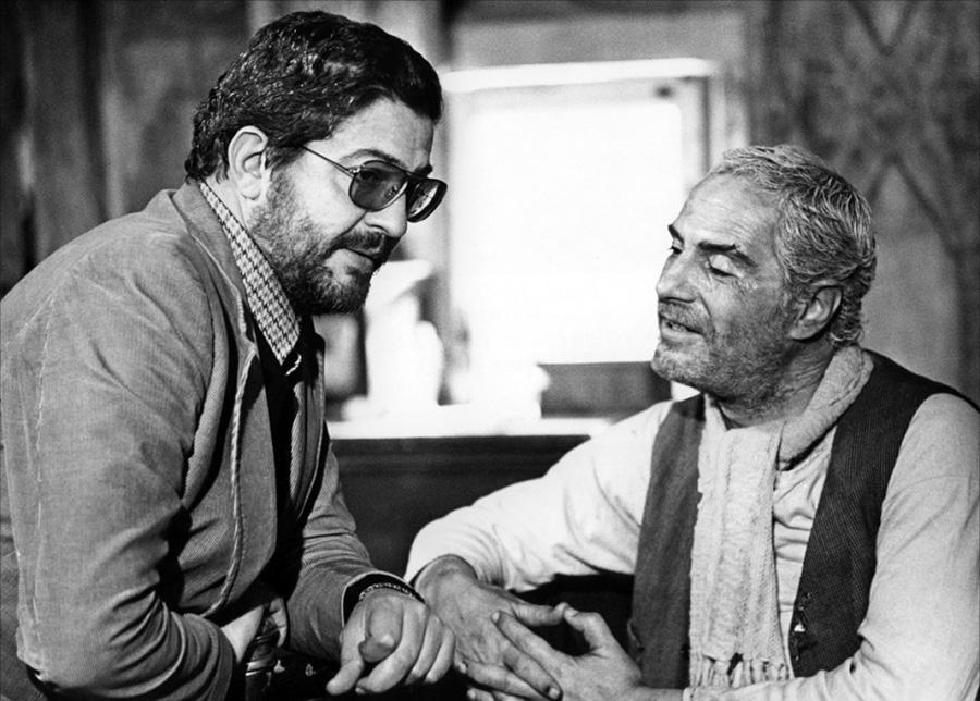 Ettore Scola et Nino Manfredi sur le tournage de Affreux, sales et méchants (1976)
