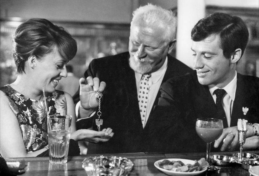 Jeanne Moreau, Gert Fröbe et Jean-Paul Belmondo dans Peau de banane (Marcel Ophüls, 1963)