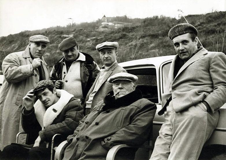 Belmondo, Henri Verneuil, Michel Audiard et Jean Gabin pendant le tournage de Un singe en hiver - © Michel Dole