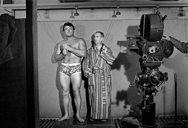 Robert Duranton et Louis de Funès sur le tournage du film de Gérard Oury Le Corniaud (1965)
