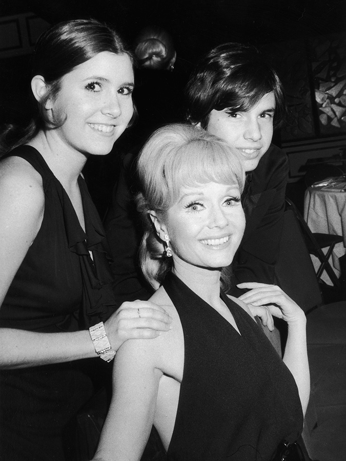 Carrie Fisher, Debbie Reynolds et Todd Fisher en 1972 © Tim Boxer/Hulton Archive/Getty Images
