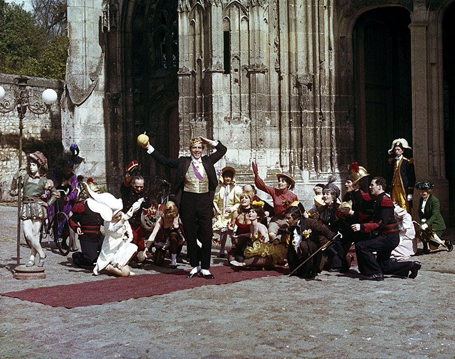 Alan Bates et les comédiens du film Le Roi de cœur (Philippe de Broca, 1966)