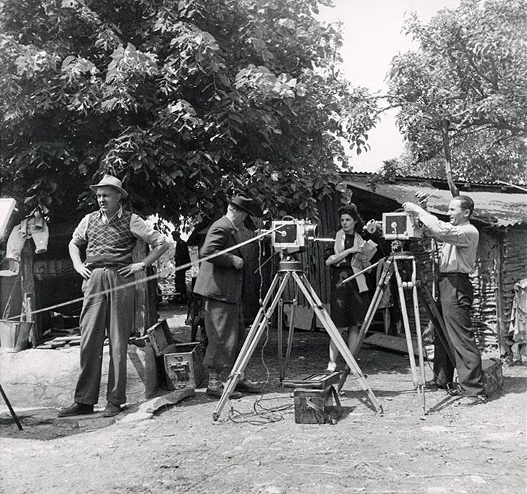 Jacques Tati et les 2 caméras (une N&B, une couleur) utilisées pendant le tournage de Jour de fête - © Specta Films C.E.P.E.C.