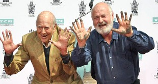 Carl et Rob Reiner étoilés à Hollywood le 7 avril 2017 (AFP Photo / Mark Ralston)
