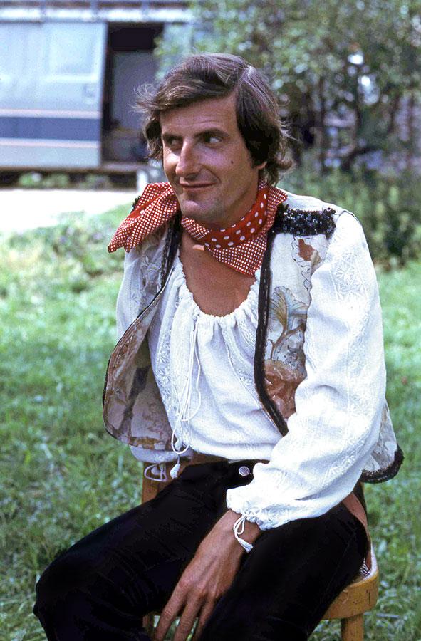 Bernard Menez sur le tournage du Chaud lapin (Pascal Thomas, 1974) - © Collection personnelle Pascal Thomas