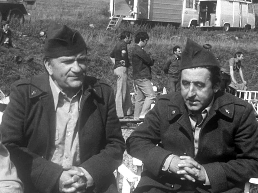 Pierre Mondy et Jean Lefebvre en septembre 1975 sur le tournage de On a retrouvé la 7ème compagnie !