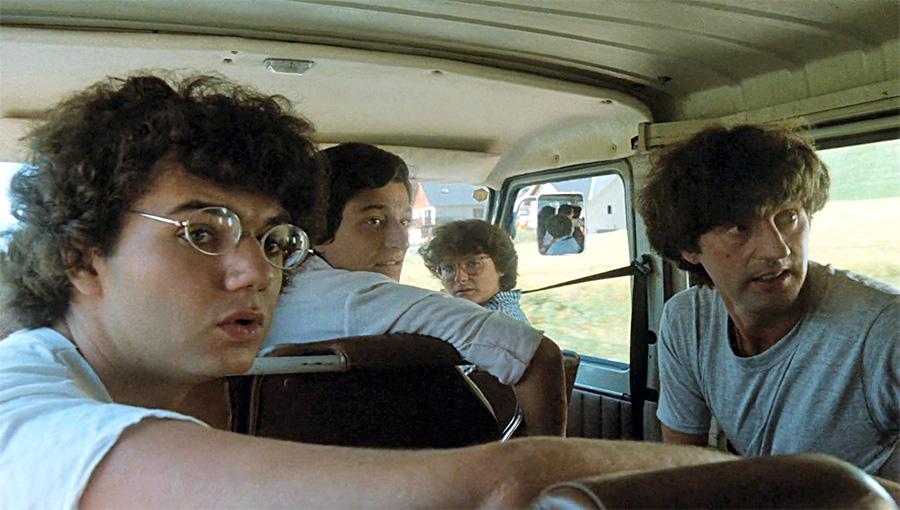 Christophe Bourseiller, Christian Clavier, Josiane Balasko et Daniel Auteuil dans Clara et les chics types (Jacques Monnet, 1981) - © Gaumont