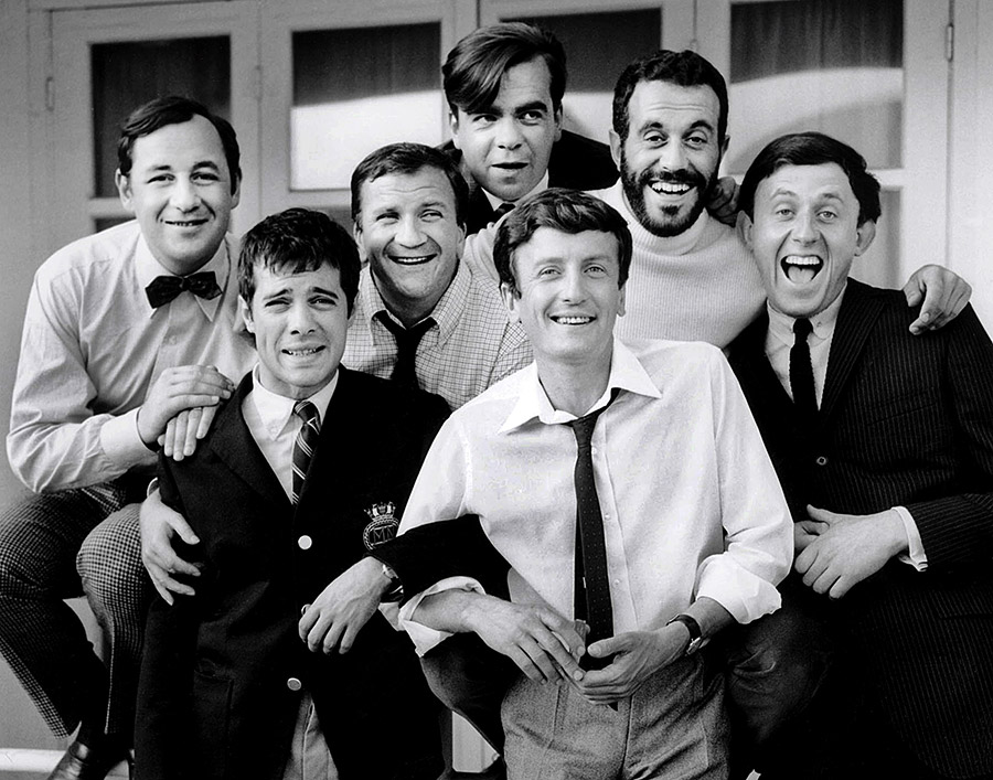 Claude Rich entouré de Philippe Noiret, Guy Bedos, Pierre Mondy, Michael Lonsdale, Jacques Balutin et Christian Marin dans Les Copains (Yves Robert, 1965)