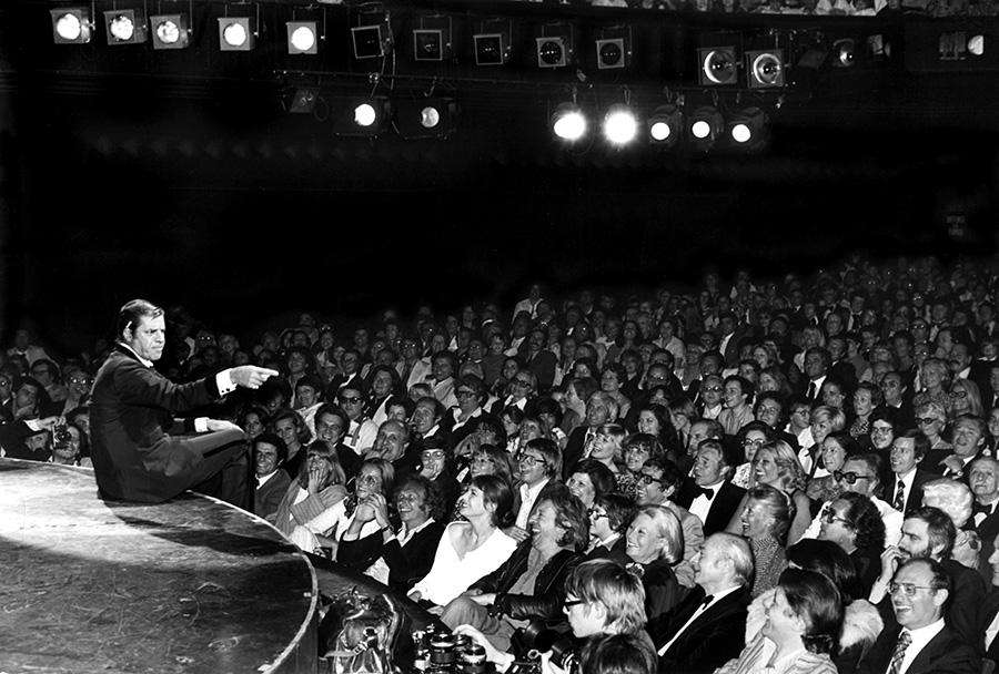 Assis au premier rang, Pierre Richard est hilare devant Jerry Lewis à l'Olympia en mai 1976 - © Patrice Picot (collection personnelle de Pierre Richard)