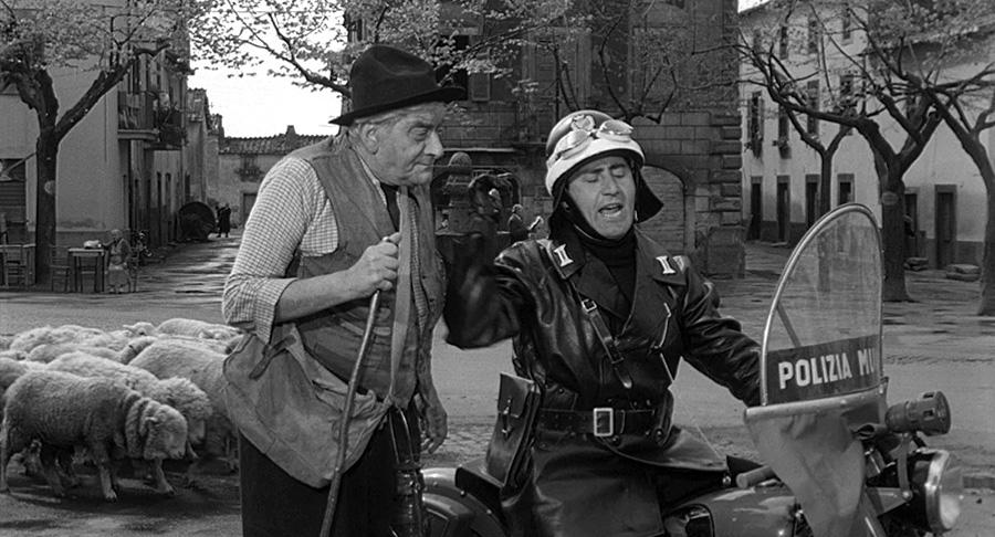 Giulio Calì et Alberto Sordi dans Il vigile (L'Agent, 1960) de Luigi Zampa - © Tamasa