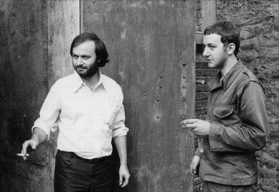 Claude Berri et Coluche sur le tournage du Pistonné dans le documentaire Coluche fait son cinéma