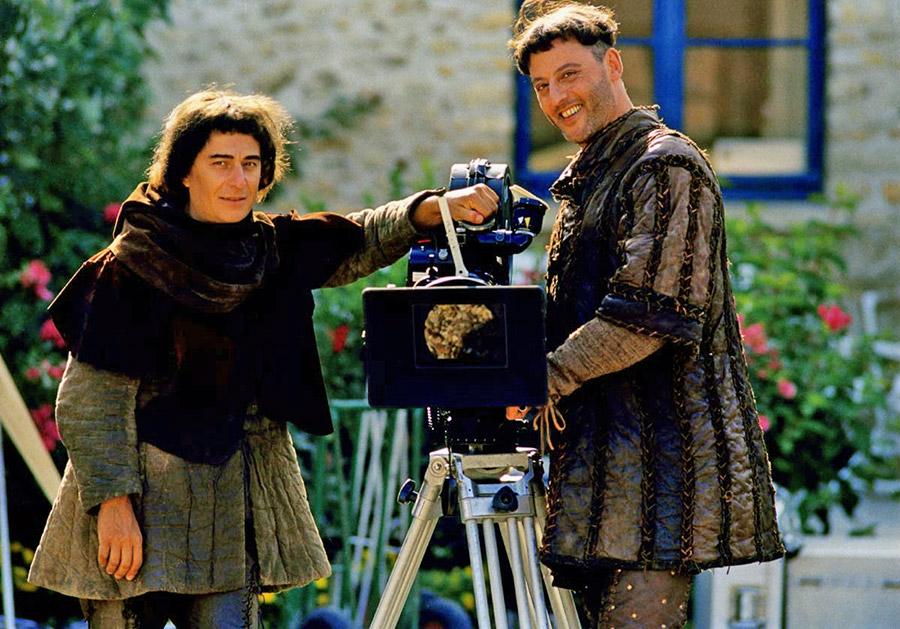 Christian Clavier et Jean Reno sur le tournage des Visiteurs II (Jean-Marie Poiré, 1998) - © Gaumont