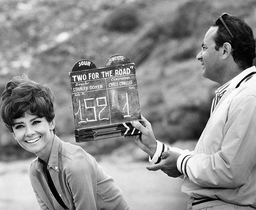 Audrey Hepburn et Stanley Donen en 1966 sur le tournage de Voyage à deux (Two for the Road) - DR