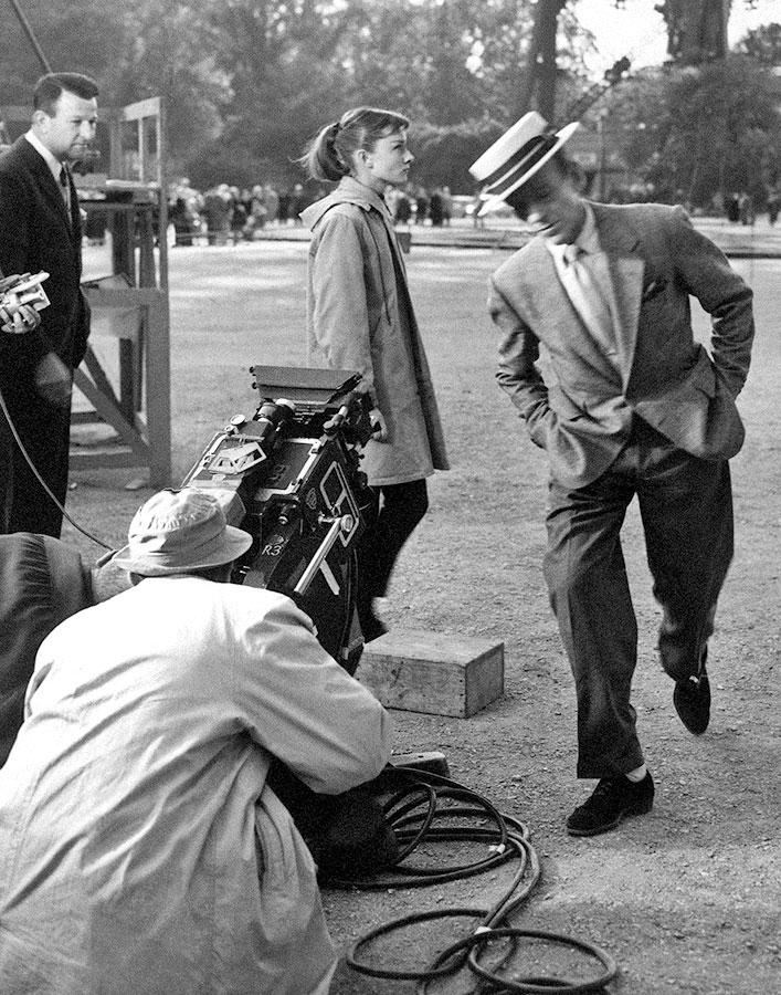 Fred Astaire et Audrey Hepburn sur le tournage de Drôle de frimousse (Funny Face) en 1956 - DR