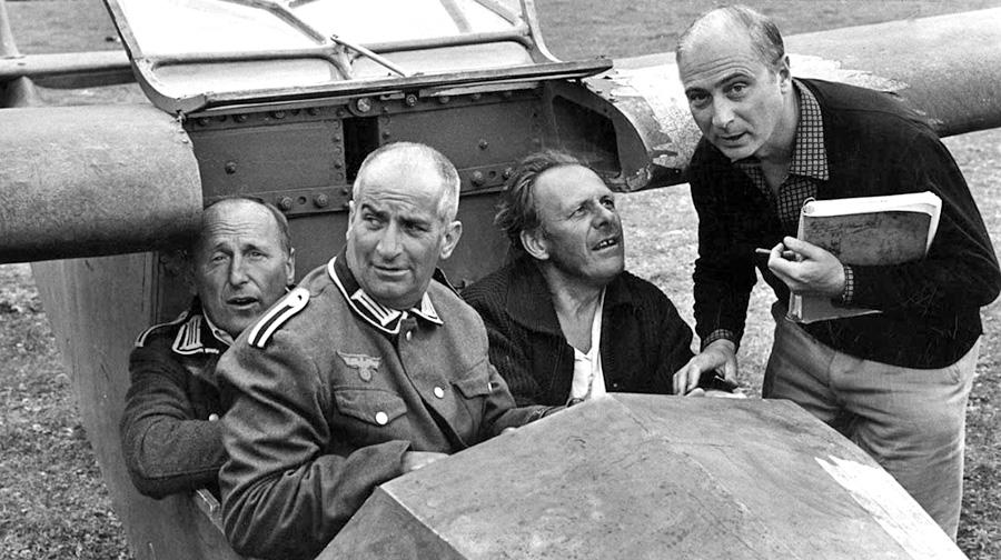 Bourvil, Louis de Funès, Terry Thomas et Gérard Oury sur le tournage de La Grande Vadrouille - © StudioCanal / Victor Rodrigue