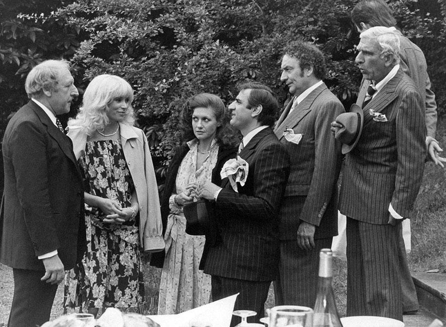 Georges Wilson, Mireille Darc, Geneviève Fontanel, Aldo Maccione, Julien Guiomar et Charles Gérard dans Les Ringards (Robert Pouret, 1978) - DR