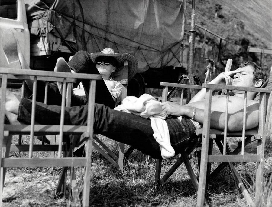 Françoise Dorléac et Jean-Paul Belmondo sur le tournage de L'Homme de Rio (Philippe de Broca, 1964) - © Alex Productions