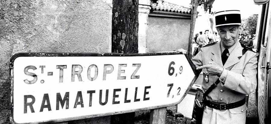 Louis de Funès alias Ludovic Cruchot devant le panneau Saint-Tropez - © Patrice Picot