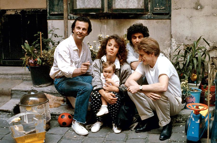 Roland Giraud, Philippine Leroy-Beaulieu, Michel Boujenah et André Dussollier sur le tournage de 3 hommes et un couffin (Coline Serreau, 1985) - © Flach Film / Sopro Films