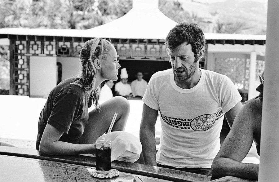 Ursula Andress et Jean-Paul Belmondo sur le tournage des Tribulations d'un Chinois en Chine (Philippe de Broca, 1965) - © Alex Productions