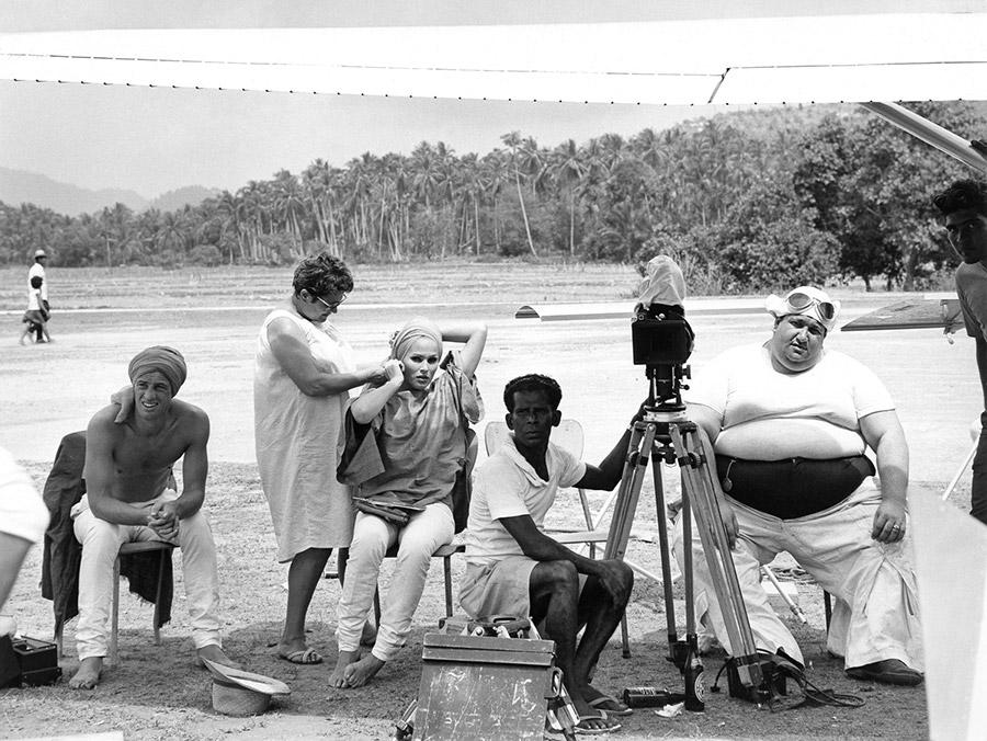 Jean-Paul Belmondo, Ursula Andress et Joe Saïd sur le tournage des Tribulations d'un Chinois en Chine (Philippe de Broca, 1965) - © Alex Productions