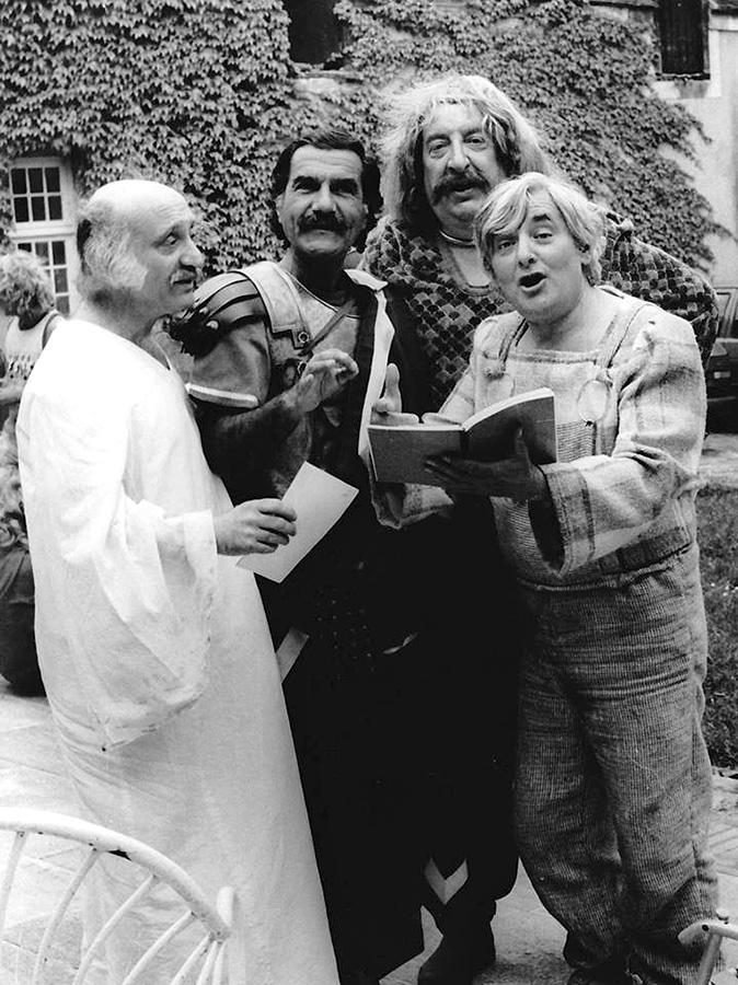 André Gaillard, Gérard Hernandez, Pierre Tornade et Roger Carel sur le tournage des Gauloises blondes (Jean Jabely, 1987) - © Page Facebook Roger Carel