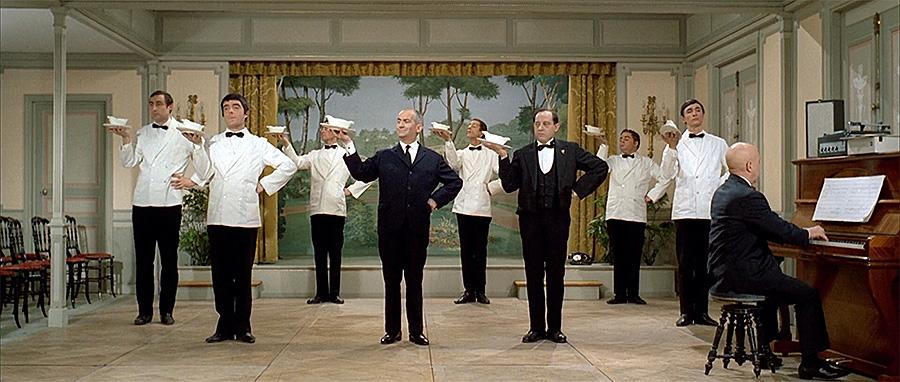 Louis de Funès danse avec sa troupe de serveurs dans Le Grand restaurant (Jacques Besnard, 1966) - © Gaumont