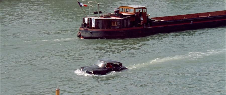 La barque avec une carrosserie de DS dans Le Grand restaurant (Jacques Besnard, 1967) - © Gaumont
