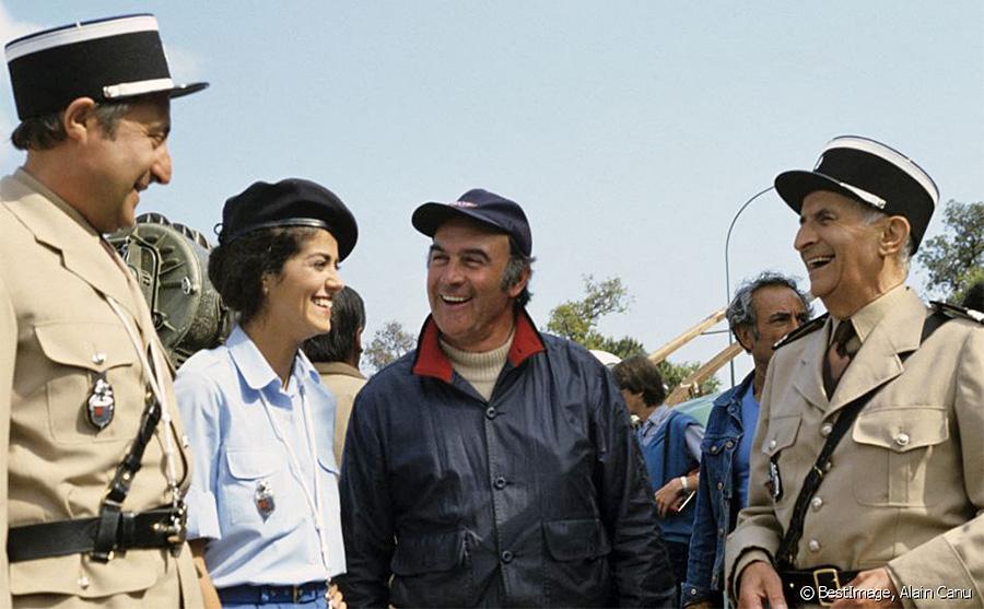 """Guy Grosso, Elisabeth Etienne, Rémy Julienne et Louis de Funès sur le tournage du film Le Gendarme et les gendarmettes"""" en novembre 1982 - © Alain Canu"""