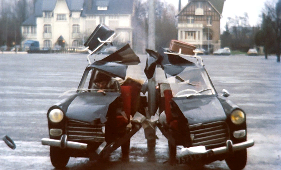 Rémy Julienne et la voiture coupée en deux dans Pas de problème ! (Georges Lautner, 1975) - © Gaumont