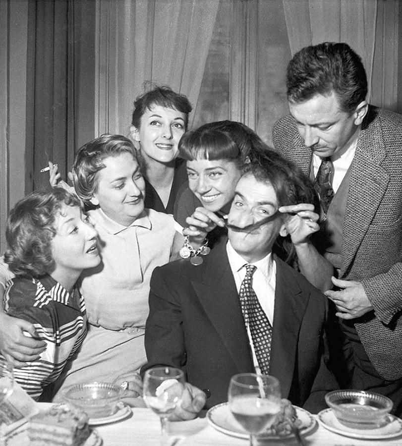 Ah ! Les belles bacchantes fête sa 500e représentation dans un restaurant des Champs-Élysées le 9 novembre 1954 - DR