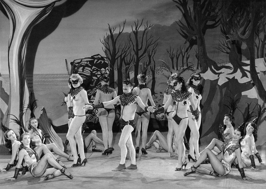 Louis de Funès et les danseuses de Ah ! Les belles bacchantes (Jean Loubignac, 1954)