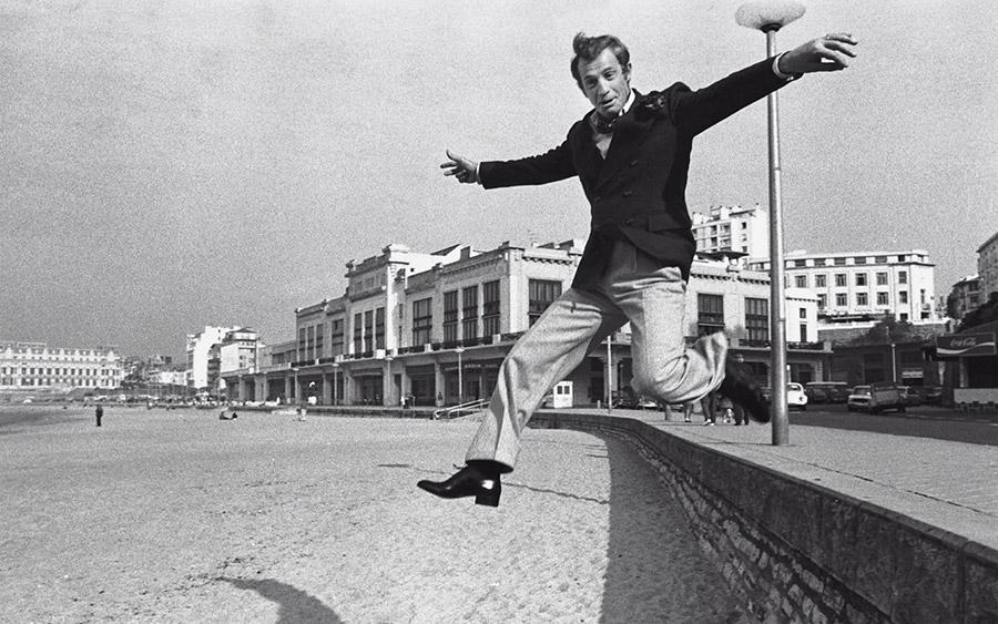 Jean-Paul Belmondo à Biarritz en octobre 1973 entre deux prises de vues de Stavisky d'Alain Resnais - © Michel Ginfray